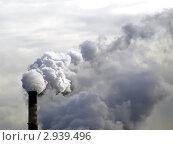 Купить «Дым из трубы», фото № 2939496, снято 2 июля 2020 г. (c) Алексей Кокоулин / Фотобанк Лори