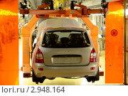 """Автомобиль """"Лада-Калина"""" на подвеске сборочного конвейера (2011 год). Редакционное фото, фотограф Иван Полушкин / Фотобанк Лори"""