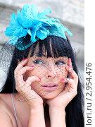 Задумчивая темноволосая девушка в шляпе  с черной вуалью и голубым цветком. Стоковое фото, фотограф Елена Сикорская / Фотобанк Лори