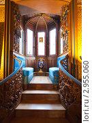 Купить «Интерьер немецкого рыцарского замка Нойшванштайн. Лестница в эркер с мягкими диванами», фото № 2955060, снято 13 апреля 2008 г. (c) Миронов Константин / Фотобанк Лори