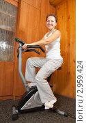 Купить «Пожилая женщина на тренажерном велосипеде», фото № 2959424, снято 23 октября 2010 г. (c) Дарья Филимонова / Фотобанк Лори