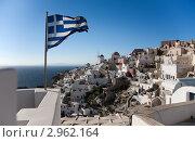 Купить «Флаг Греции на фоне старого города и моря», фото № 2962164, снято 20 мая 2019 г. (c) Гараев Александр / Фотобанк Лори