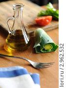 Купить «Лук-порей и бутылочка с оливковым маслом на деревянном столе», фото № 2962532, снято 17 апреля 2011 г. (c) Величко Микола / Фотобанк Лори