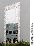 Зеркало на стене здания. Стоковое фото, фотограф Беляева Елена / Фотобанк Лори