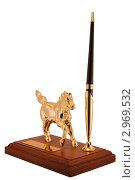 Письменный прибор со статуэткой золотого коня изолированно на белом фоне. Стоковое фото, фотограф Сергей / Фотобанк Лори