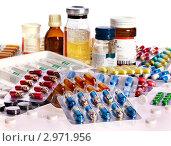 Купить «Блистеры с лекарственными капсулами и таблетки на белом фоне», фото № 2971956, снято 13 октября 2011 г. (c) Gennadiy Poznyakov / Фотобанк Лори