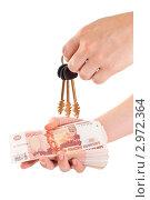 Купить «Деньги и ключи от квартиры в руке», фото № 2972364, снято 30 июня 2011 г. (c) Кекяляйнен Андрей / Фотобанк Лори