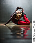Молодая женщина делает упражнения. Стоковое фото, фотограф chaoss / Фотобанк Лори