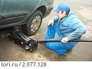 Купить «Молодой работник автосервиса», фото № 2977128, снято 27 марта 2019 г. (c) Дмитрий Калиновский / Фотобанк Лори