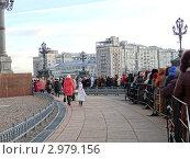 Паломники у Храма Христа Спасителя в Москве, ноябрь 2011 года. Редакционное фото, фотограф Чипилко Евгения / Фотобанк Лори