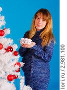 Купить «Беременная женщина возле белой новогодней елки на голубом фоне», фото № 2981100, снято 24 сентября 2018 г. (c) Ольга Хорькова / Фотобанк Лори