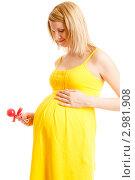 Купить «Беременная женщина в желтом  платье», фото № 2981908, снято 24 сентября 2018 г. (c) Ольга Хорькова / Фотобанк Лори