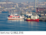 Суда в рыбном порту Владивостока под разгрузкой (2011 год). Редакционное фото, фотограф Сергеев Игорь / Фотобанк Лори