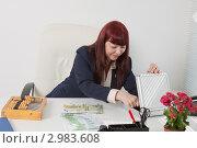 Купить «Деловая женщина пересчитывает на счетах крупную сумму денег», фото № 2983608, снято 5 июня 2011 г. (c) Сергей Дубров / Фотобанк Лори