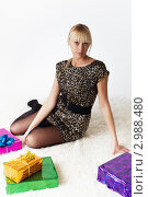 Купить «Молодая девушка с подарками», фото № 2988480, снято 13 ноября 2011 г. (c) Александр Фисенко / Фотобанк Лори