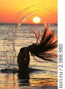 Девушка русалка выныривает из воды на закате. Стоковое фото, фотограф Сергей / Фотобанк Лори