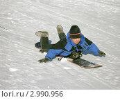 Мальчик катится на сноуборде как на санках. Стоковое фото, фотограф Литвинова Евгения / Фотобанк Лори