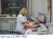Врач в кабинете за работой (2011 год). Редакционное фото, фотограф Татьяна Юни / Фотобанк Лори
