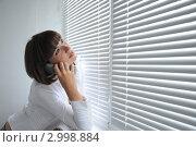 Красивая молодая девушка ведет разговор по телефону. Стоковое фото, фотограф Дарина Бабий / Фотобанк Лори