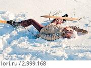 Купить «Девочка упала в снег, спускаясь с горки на лыжах», эксклюзивное фото № 2999168, снято 7 января 2011 г. (c) Игорь Низов / Фотобанк Лори