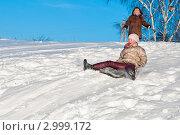 Купить «Девочка едет по снежной горке на ледянке», эксклюзивное фото № 2999172, снято 7 января 2011 г. (c) Игорь Низов / Фотобанк Лори