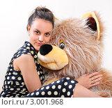 Купить «Девушка с большим плюшевым медведем», фото № 3001968, снято 25 ноября 2011 г. (c) Алёшина Оксана / Фотобанк Лори