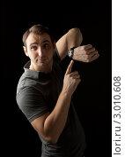 Мужчина показывает на часы. Стоковое фото, фотограф Котова Мария / Фотобанк Лори