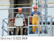 Купить «Рабочие на подъемнике», фото № 3025864, снято 15 июля 2011 г. (c) Сергей Разживин / Фотобанк Лори