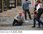 Купить «Москва. Нищий просит милостыню около храма Казанской иконы Божией Матери на Красной площади», эксклюзивное фото № 3026368, снято 15 сентября 2011 г. (c) lana1501 / Фотобанк Лори