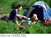 Купить «Молодая пара на отдыхе с палаткой», фото № 3033732, снято 7 апреля 2020 г. (c) Monkey Business Images / Фотобанк Лори