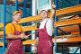 Двое рабочих на складе разговаривают, фото № 3034544, снято 15 сентября 2017 г. (c) Дмитрий Калиновский / Фотобанк Лори