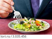 Мужчина ест салат. Стоковое фото, фотограф katalinks / Фотобанк Лори