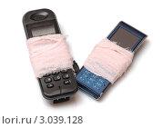 Два забинтованных старых мобильных телефона, изолировано на белом фоне. Стоковое фото, фотограф Сергей Матвеев / Фотобанк Лори