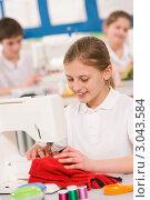 Купить «Девочка шьет на машинке, урок шитья в школе», фото № 3043584, снято 12 февраля 2007 г. (c) Monkey Business Images / Фотобанк Лори