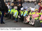 Дети на прогулке (2011 год). Редакционное фото, фотограф Татьяна Чистякова / Фотобанк Лори