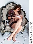 Купить «Мама кормит сына грудью», эксклюзивное фото № 3044304, снято 13 декабря 2011 г. (c) Куликова Вероника / Фотобанк Лори