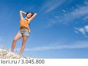 Купить «Портрет привлекательной молодой девушки в полный рост на пляже», фото № 3045800, снято 30 января 2006 г. (c) Monkey Business Images / Фотобанк Лори