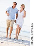 Купить «Пара держится за руки и идет по пляжу», фото № 3046132, снято 17 января 2007 г. (c) Monkey Business Images / Фотобанк Лори