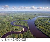 Воздушный вид на лесную реку с кучевыми облаками над горизонтом. Стоковое фото, фотограф Владимир Мельников / Фотобанк Лори