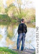 Купить «Мужчина рыбак ловит рыбу», эксклюзивное фото № 3053740, снято 8 мая 2011 г. (c) Игорь Низов / Фотобанк Лори
