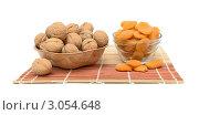 Купить «Грецкие орехи и курага в вазах на бамбуковой салфетке», фото № 3054648, снято 19 июня 2019 г. (c) Ласточкин Евгений / Фотобанк Лори