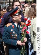 Купить «Москва, ветеран с цветами», эксклюзивное фото № 3056188, снято 9 мая 2011 г. (c) Дмитрий Неумоин / Фотобанк Лори