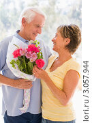 Купить «Муж дарит жене букет цветов», фото № 3057944, снято 26 июня 2007 г. (c) Monkey Business Images / Фотобанк Лори