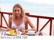Ланч в кафе на берегу моря. Стоковое фото, фотограф Николай Охитин / Фотобанк Лори