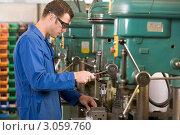 Купить «Молодой слесарь работает на сверлильном станке», фото № 3059760, снято 22 ноября 2007 г. (c) Monkey Business Images / Фотобанк Лори