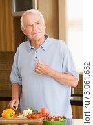 Купить «Пожилой мужчина режет овощи на кухне», фото № 3061632, снято 26 июня 2007 г. (c) Monkey Business Images / Фотобанк Лори