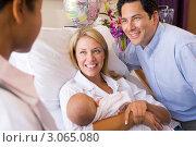 Счастливые родители беседуют с врачом в палате роддома, фото № 3065080, снято 3 июля 2007 г. (c) Monkey Business Images / Фотобанк Лори