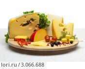 Купить «Разные виды сыра на доске», фото № 3066688, снято 7 апреля 2011 г. (c) Антон Балаж / Фотобанк Лори