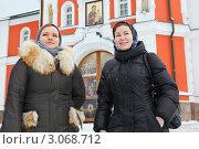 Купить «Две девушки в зимней одежде и в платке около входа в церковь», фото № 3068712, снято 11 декабря 2011 г. (c) Кекяляйнен Андрей / Фотобанк Лори