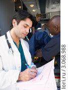 Купить «Доктор делает записи о пациенте со слов медработников скорой помощи», фото № 3068988, снято 6 декабря 2005 г. (c) Monkey Business Images / Фотобанк Лори
